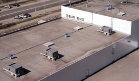 Dach handlowy budynek z zewnętrznie jednostkami reklam lotnicze wentylacje i uwarunkowywać fotografia royalty free