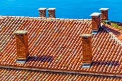 Dach hergestellt von den roten Fliesen und von den Kaminen-Rovinj, Kroatien Stockbild