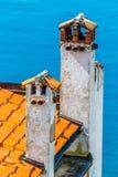 Dach hergestellt von den roten Fliesen und von den Kaminen-Rovinj, Kroatien Lizenzfreie Stockbilder