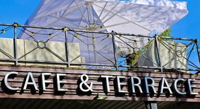 Dach kawiarnia, otwarty taras z zielonymi krzesłami fotografia stock