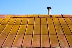 Dach mit alter Metallfliese Stockfotos