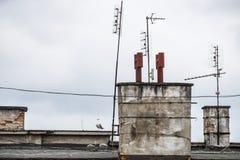 Dach mit Antennen und Kaminen lizenzfreies stockbild