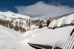 Dach mit den Sonnenkollektoren bedeckt im Schnee Stockbilder