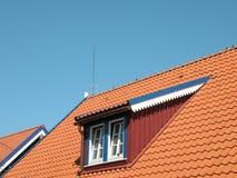 Dach mit Fenstern lizenzfreie stockfotografie