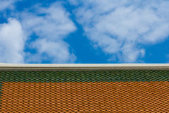 Dach mit Himmel stockbilder