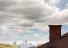 Dach mit Kamin im Land und in der Stadt im Abstand Lizenzfreie Stockfotos