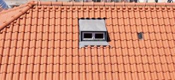 Dach mit kleinem Fenster Stockfotos
