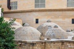 Dach mit Kuppeln alten Badeanstalt hamam in Icheri-sheher alter Stadt von Baku Lizenzfreie Stockbilder