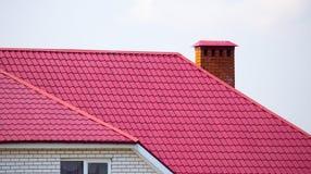 Dach mit Metall auf dem Häuschen lizenzfreies stockbild