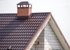 Dach mit Metall auf dem Häuschen lizenzfreie stockbilder