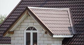 Dach mit Metall auf dem Häuschen stockfotografie