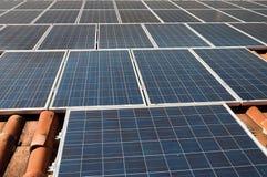 Dach mit photo-voltaischen Panels Stockfoto