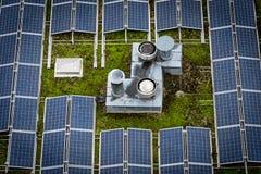 Dach mit Sonnenkollektoren lizenzfreie stockfotografie