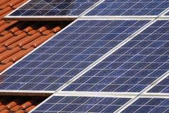 Dach mit Sonnenkollektoren Stockbilder