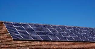 Dach mit Sonnenkollektoren Stockbild