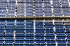 Dach mit Sonnenkollektorfragment des blauen Schwarzen während eines Tages Stockfoto