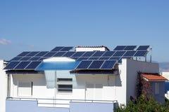 Dach mit Sonnenkollektorfragment unter sonnigem blauem Himmel Griechenland Stockfotografie