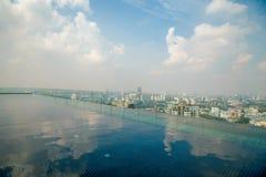Dach nieskończoności krawędzi basenu pokład w drogim luksusowego hotelu mieszkaniu przy świtem z linia horyzontu miasta widokiem  obrazy royalty free