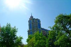 Dach nowożytni budynki na niebieskiego nieba tle Obraz Stock