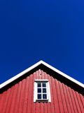 Dach-Oberseite des roten hölzernen Hauses lizenzfreie stockbilder