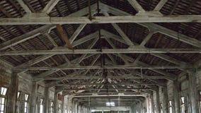 Dach pusty przemysłowy loft w architektonicznym tle z nagim cementem izoluje podłoga i filarów zbliżać zbiory wideo