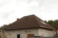 Dach-Schindeln - Deckung Asphalt Roofing Shingles Städtisches Haus oder Gebäude Bitumenziegeldach Unfertiges Kaminsystem Stockbilder