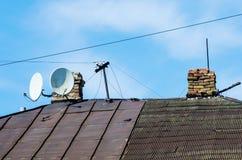 Dach stary dom z kominami i telewizj antenami satelitarnymi Obraz Stock