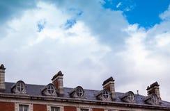 Dach tradycyjny dom w Londyn z niebieskiego nieba backgrou obrazy royalty free