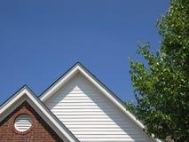 Dach u. Himmel u. Baum Stockfoto