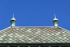 Dach und blud Himmel Stockfoto