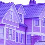Dach und Fenster, purpurrotes Haus Lizenzfreies Stockfoto