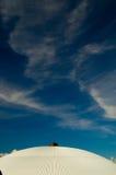 Dach und Sommerhimmel Stockfotografie