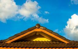 Dach und Wolke Stockbilder