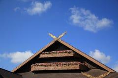 Dach von Häusern gegen blauen Himmel Lizenzfreie Stockfotografie