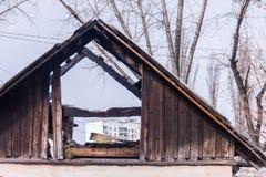 Dach von Neglected und von verlassenem Gebäude mit Abfall herum Strukturschwache Gebiete Lizenzfreie Stockbilder
