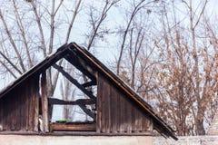 Dach von Neglected und von verlassenem Gebäude mit Abfall herum Strukturschwache Gebiete Lizenzfreie Stockfotos