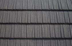 Dach z czarnymi bitumów gontami fotografia stock