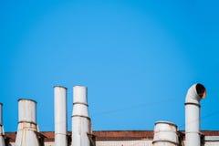 Dach z metal przemysłowymi drymbami obrazy stock