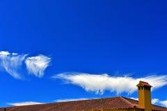 Dach z nieba tłem Obrazy Stock