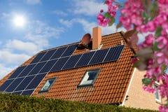 Dach z panel słoneczny przeciw niebieskiemu niebu Zdjęcie Royalty Free