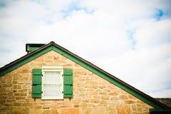 Dach-Zeile, Fenster und Himmel Stockfotos