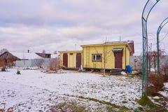 Dacha de madera de la casa del país ruso Imagenes de archivo