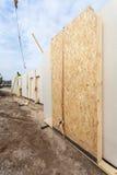 Dacharza budowniczego pracownik instaluje formalnie Izolującego panelu łyczek z żurawiem Budować nowego ramowego skutecznego dom Zdjęcia Royalty Free