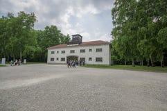 Dachau, Германия - 30-ое июля 2015: Внешний взгляд переднего административного здания построенный вокруг въездных ворота в стоковые фото
