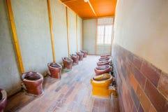 Dachau, Duitsland - Juli 30, 2015: De binnenbadkamers is met vele die toiletten op een rij voor alle gevangenen worden geïnstalle Stock Foto