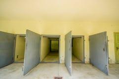 Dachau Tyskland - Juli 30, 2015: Heavy metaldörrar som leder in i krematoriumbyggnaden på koncentrationsläger arkivfoton