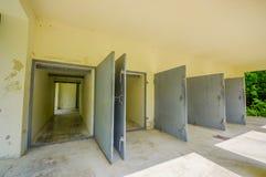 Dachau Tyskland - Juli 30, 2015: Heavy metaldörrar som leder in i krematoriumbyggnaden på koncentrationsläger royaltyfri fotografi
