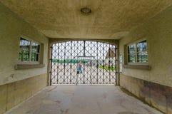 Dachau Tyskland - Juli 30, 2015: Sista portingång in i koncentrationsläger med berömda ord Arbeit Macht Frei Fotografering för Bildbyråer