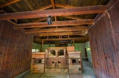 Dachau Tyskland - Juli 30, 2015: Tegelstenugnar inom den gamla krematoriumbyggnaden som visar hemsk verklighet av vad royaltyfria bilder