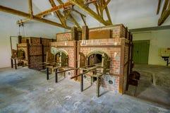 Dachau Tyskland - Juli 30, 2015: Tegelstenugnar inom krematoriumbyggnad som visar hemsk verklighet av vad hände på royaltyfria bilder
